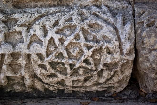 Шестиконечная звезда — декор синагоги в Капернауме. Первая половина VI века