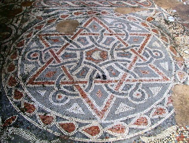 Гексаграмма с полумесяцем в середине. Мозаичный пол монастыря Святого Евфимия. Израиль, VIII векCC BY 2.0 / Zeev Barkan