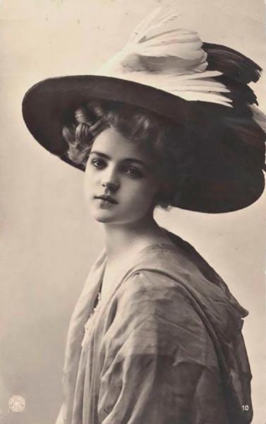 Девушка в шляпе, украшенной птицей. Конец XIX — начало XX векаVintage Everyday