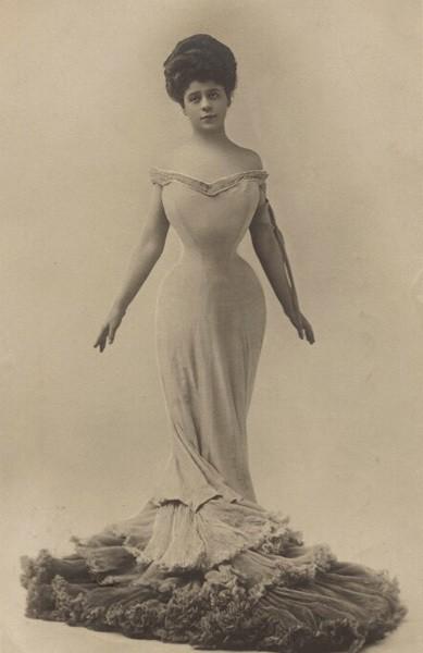 Камилла Клиффорд в декольтированном платье. Фотография Альфреда Эллиса. Около 1905 годаNational Portrait Gallery
