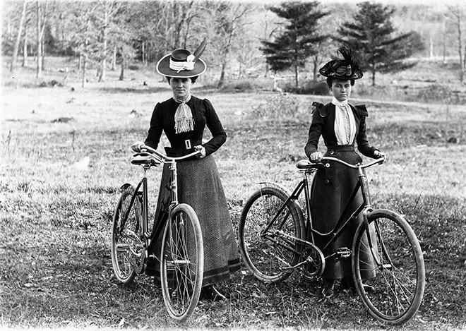 Девушки на велосипедной прогулке в окрестностях Скенектади. Около 1900 годаCycling History