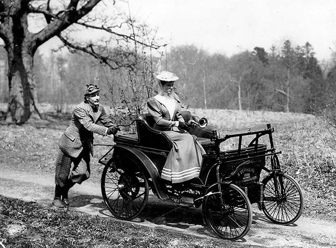 Мужчина помогает подтолкнуть автомобиль. Фотография Уильяма Джеймса. Около 1900 годаCity of Toronto Archives