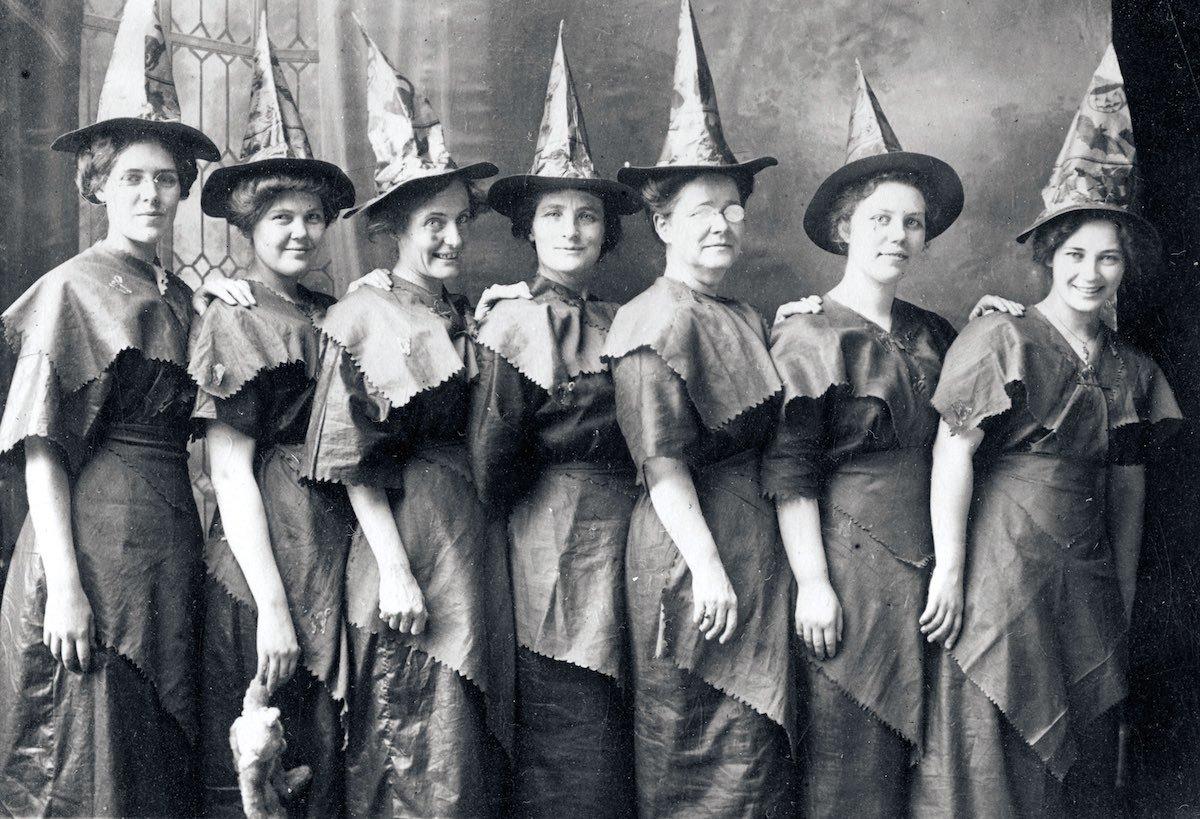 Женщины в костюмах ведьм отмечают Хеллоуин. США, 1910 год © Transcendental Graphics / Getty Images / Fotobank