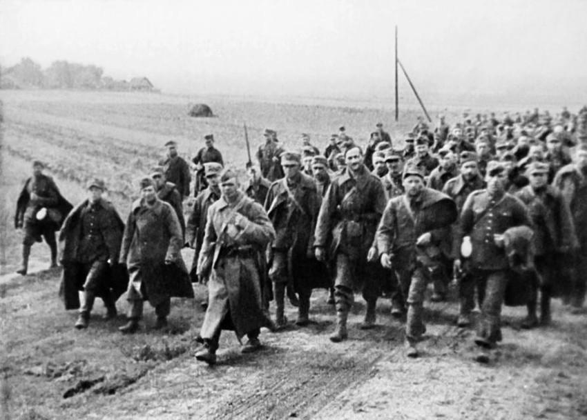 Солдат Красной армии конвоирует польских военнопленных. Сентябрь 1939 года / Wikimedia Commons