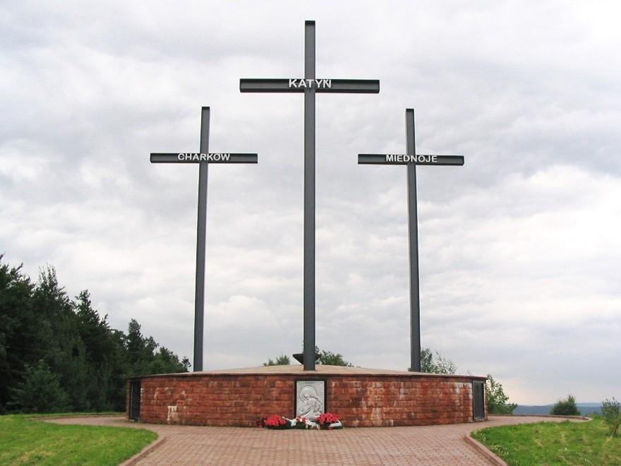 Памятник жертвам Катынского расстрела у подножия Лысой горы в Свентокшиских горах. Польша, 2005 год Wikimedia Commons