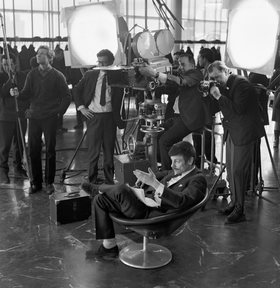 Режиссер Андрей Тарковский (сидит) во время съемок фильма «Андрей Рублев». 1966 год