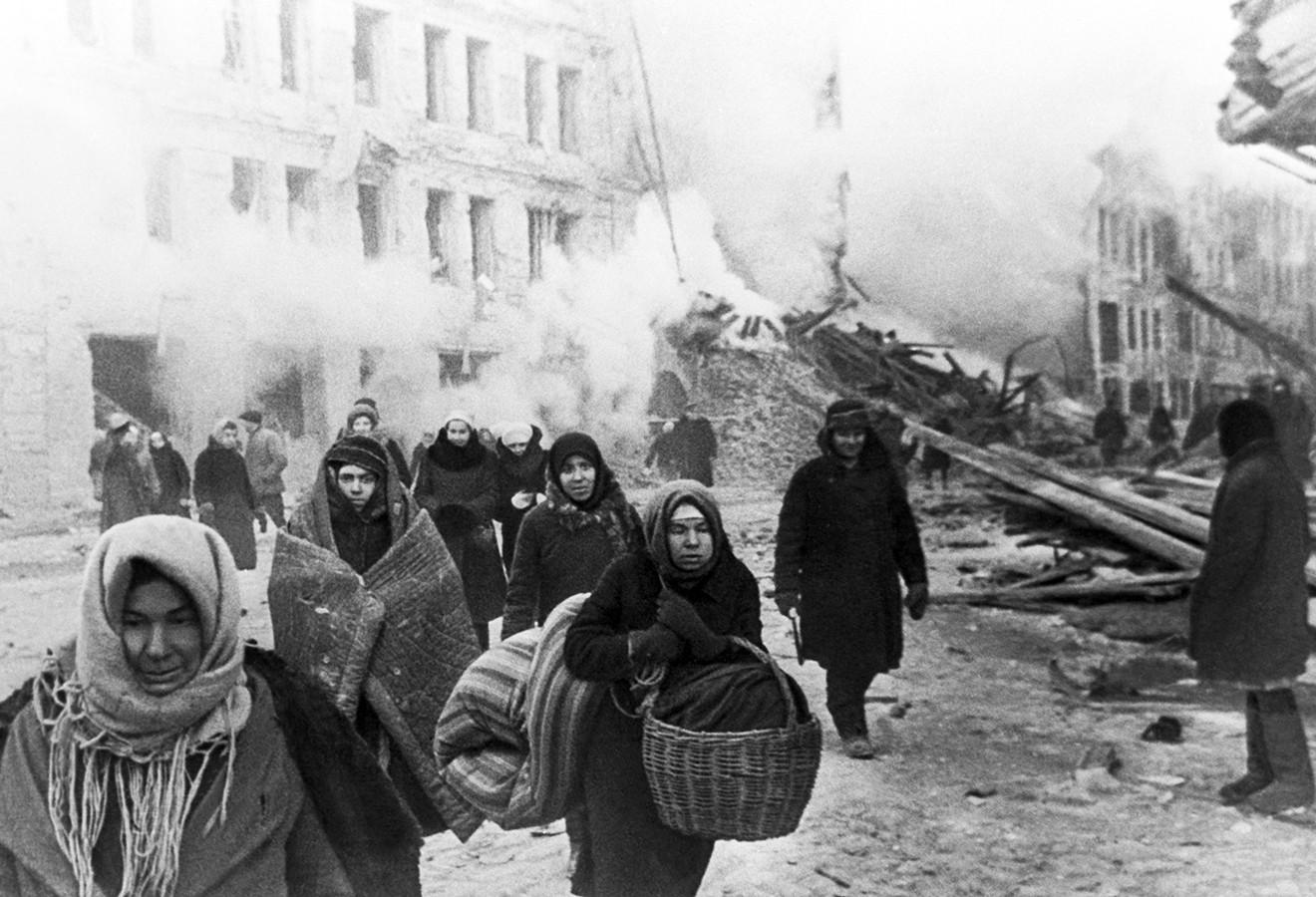 Жители блокадного Ленинграда покидают разрушенные дома. Декабрь 1941 года                                                       © ТАСС