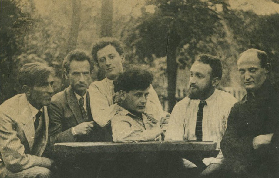 Перец Маркиш (в центре) с членами литературной группы «Халястра». Варшава, 1922 год / © Blavatnik Archive