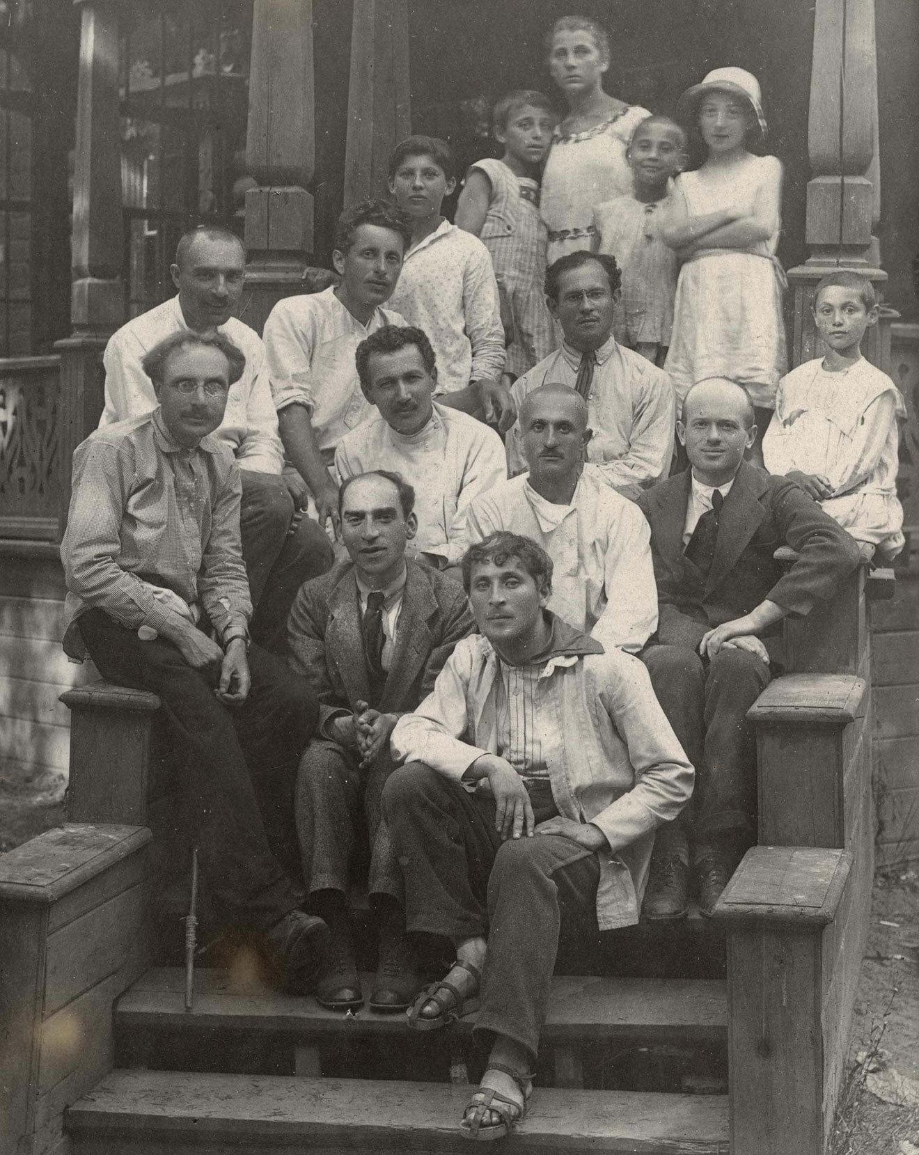 Марк Шагал, Дер Нистер, Давид Гофштейн и другие преподаватели и дети в еврейском детском доме в Малаховке. 1921 год / American Jewish Joint Distribution Committee Archives