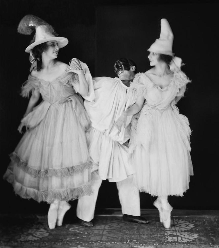 Любовь Чернышева, Леонид Мясин и Вера Немчинова в балете «Пульчинелла». 1920 год / E.O. Hoppé Estate Collection