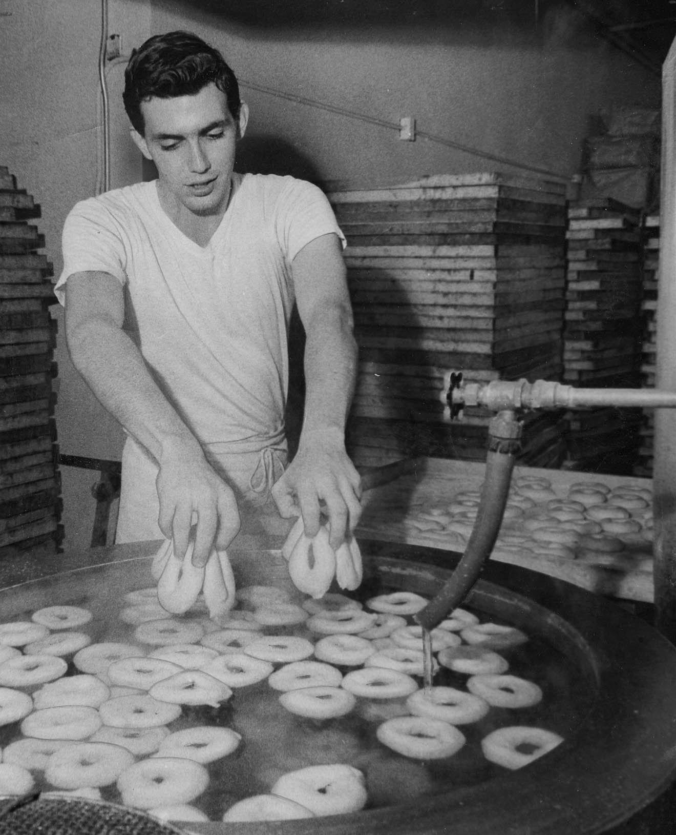 Пекарь готовит бейглы. Нью-Йорк, 1964 год © James O'Rourke / Newsday RM via Getty Images
