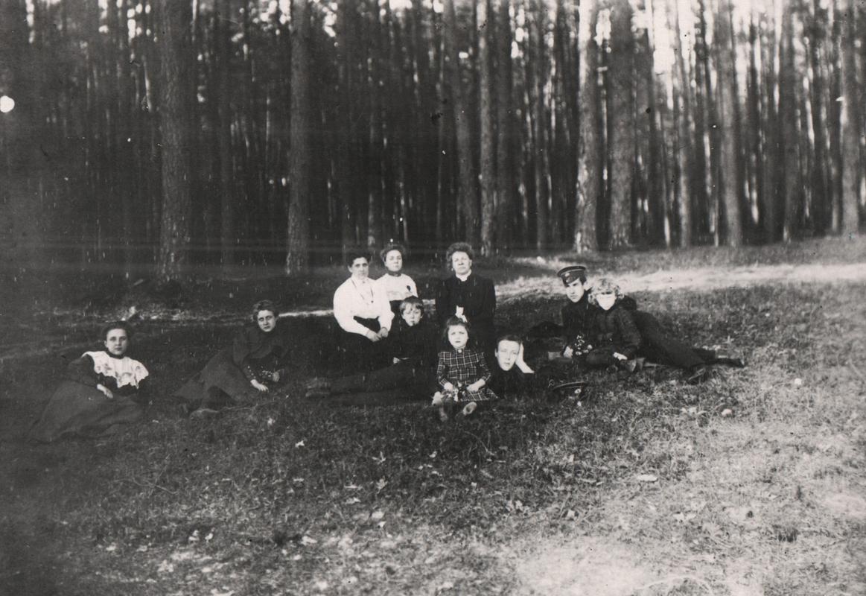 Михаил Булгаков (лежит в центре) с матерью Варварой Михайловной, братьями и сестрами и другом Борисом Богдановым (крайний справа) на даче в Буче. 1900-е годы Музей М. А. Булгакова